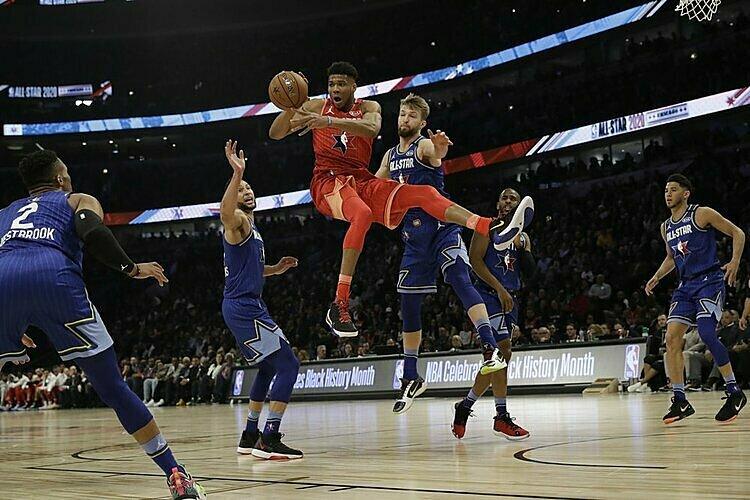 Giannis (đỏ) bị kèm chặt trong trận All-Star. Ảnh: AP.