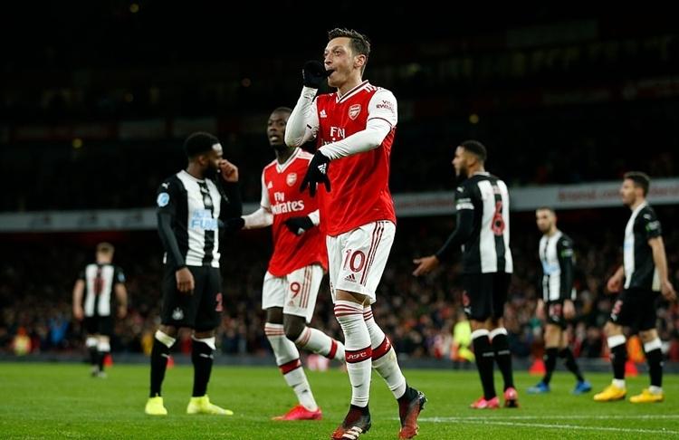 Ozil có bàn thắng đầu tiên trong mùa 2019-2020. Ảnh: AFP.