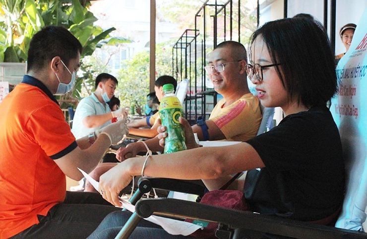 Tiểu Đường (áo đen) cùng các thành viên CLB tham gia hiến máu.  Ảnh: Hà Thanh.