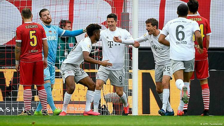 Bayern (trắng) thắng tám trong chín trận gần nhất tại Bundesliga. Ảnh: AFP.
