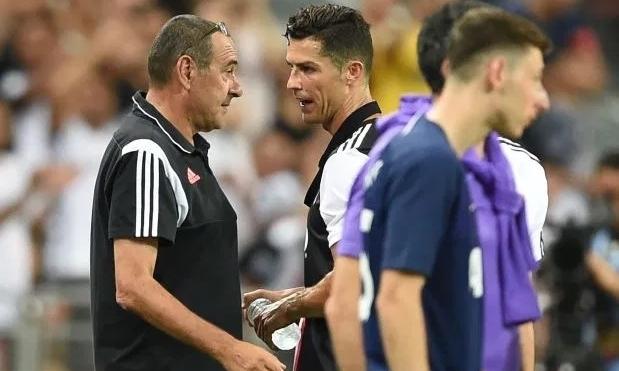 Sarri (trái) rất cưng chiều Ronaldo, kể từ khi làm HLV Juventus. Ảnh: AFP.