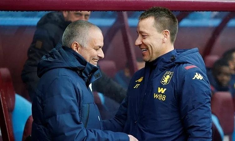 Mourinho gặp lại Terry trong trận Tottenham - Aston Villa. Ảnh: Reuters.