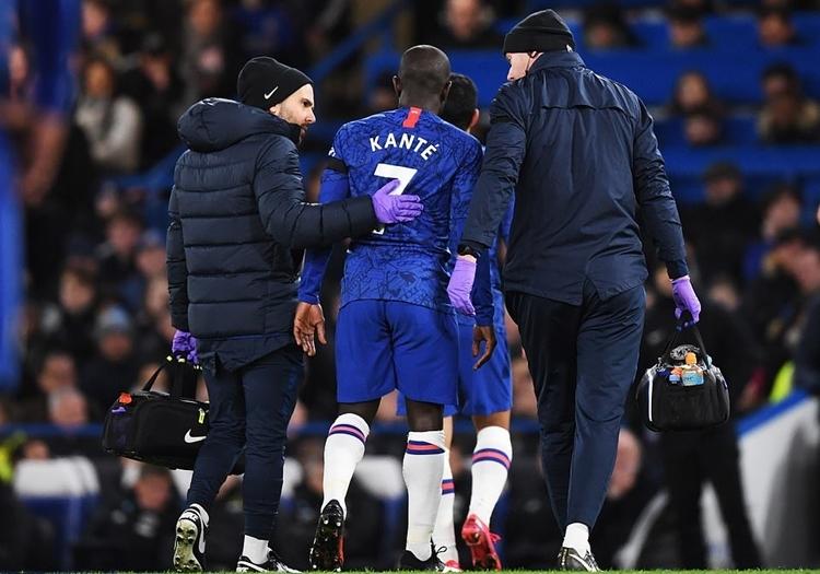 Chelsea sớm gặp bất lợi nhân sự khi Kante chấn thương phút 12. Ảnh: EPA.