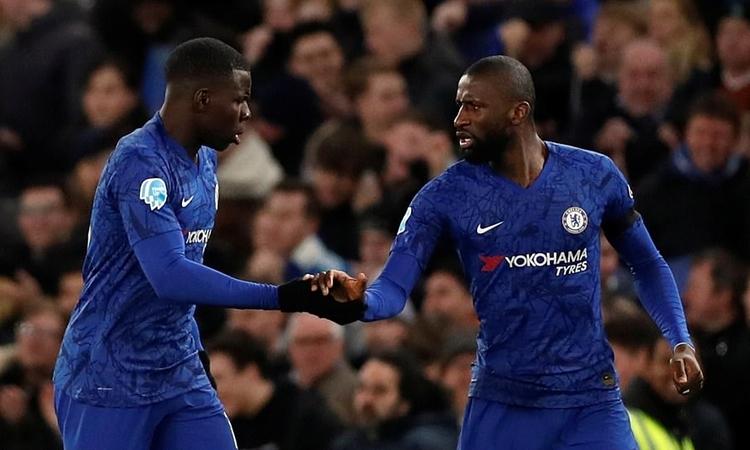 Zouma (trái) chia vui với Rudiger sau khi đưa bóng vào lưới Man Utd đầu hiệp hai. Tuy nhiên, VAR không công nhận bàn thắng. Ảnh: Reuters.