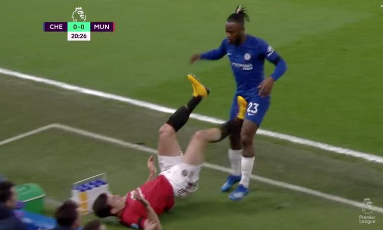 Maguire (trái) gây tranh cãi khi để chân chạm vào chỗ hiểm của Batshuayi.