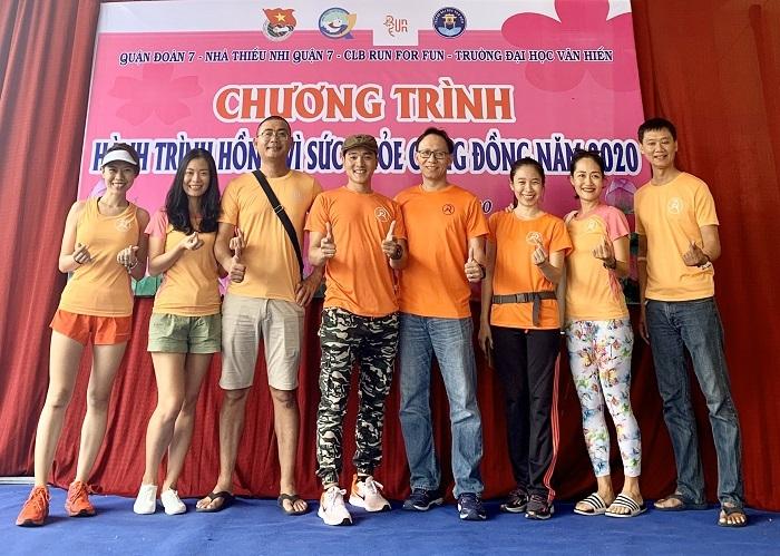 Chị Thủy (thứ hai từ trái qua) cùng các thành viên RFFtrong buổi hiến máu nhân đạo ngày 16/2. Ảnh: Run For Fun.