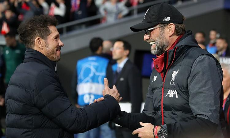Klopp bắt tay Simeone trước trận đấu. Ảnh: PA.
