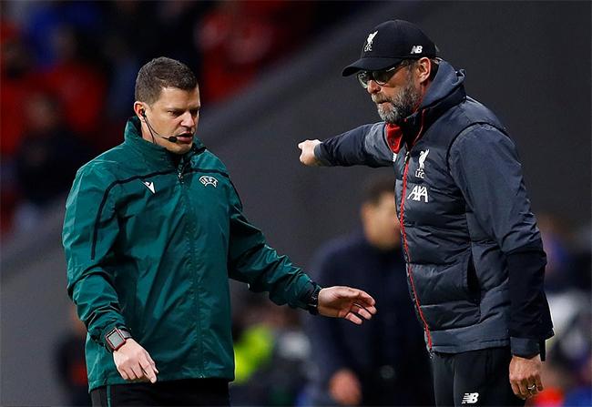 Klopp trong một tình huống phàn nàn vớitrọng tài bànvề quyết định của các trọng tài trong sân. Ảnh: Reuters.