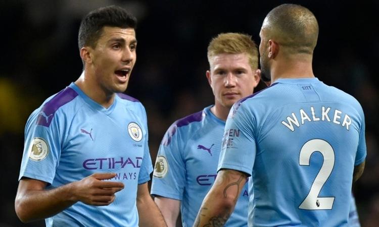 Man City có nguy cơ phải bán những ngôi sao như Rodrio (trái) và De Bruyne nếu bị cấm thi đấu ở Champions League. Ảnh: AP.