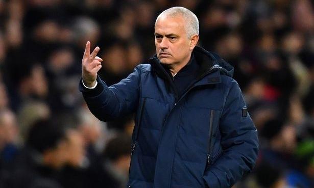 Mourinho bên ngoài đường biên ở trận gặp Leipzig. Ảnh: Reuters.