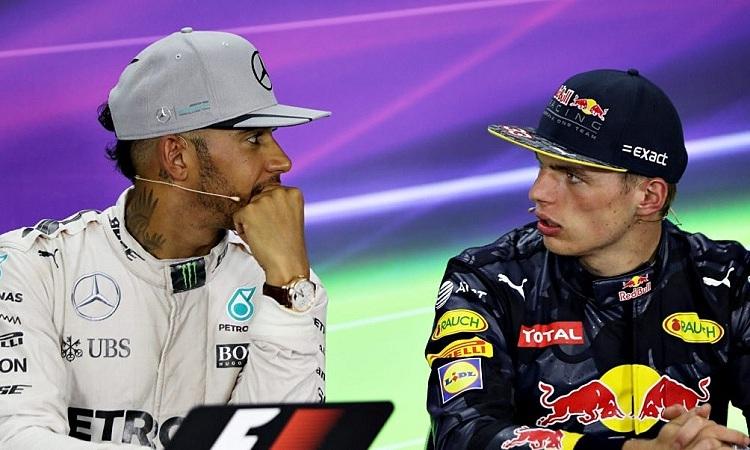 Mercedes xem Verstappen là đối thủ đáng gờm nhất với Hamilton trong năm 2020. Ảnh: Motosport.