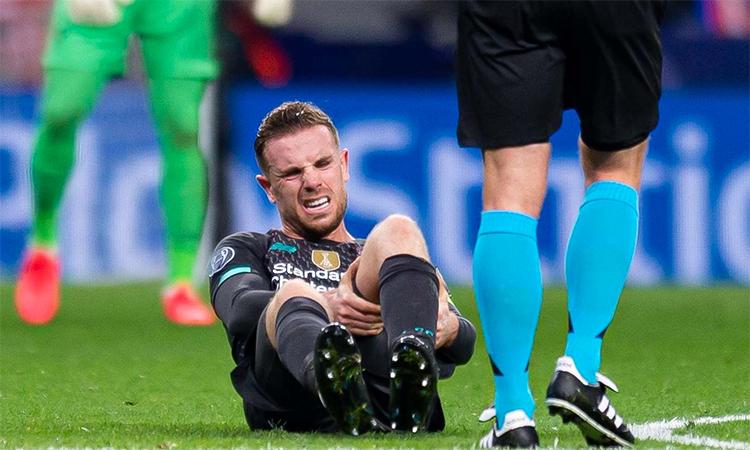 Henderson nhăn nhó với vết đau gân kheo cuối trận thua Atletico Madrid hôm 18/2.