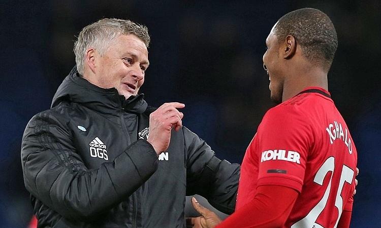 Solskjaer trò chuyện với tiền đạoOdion Ighalo sau khi trận đấu kết thúc. Ảnh:Reuters.