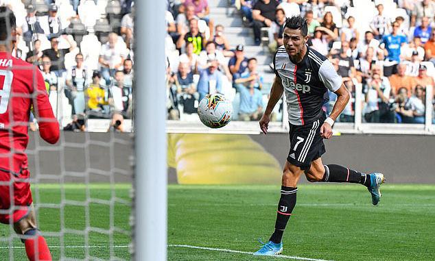 Ronaldo đánh đầu, ấn định tỷ số 2-0 cho Juventus ở giai đoạn một. Ảnh: AFP.