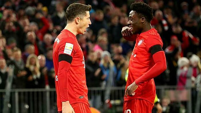 Lewandowski (trái) mừng bàn thắng với đồng đội Davies. Ảnh: Reuters.