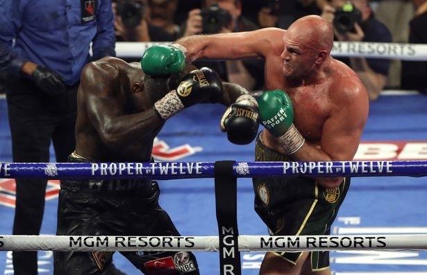 Fury (phải) dồn ép Wilder trong phần lớn trận đấu...