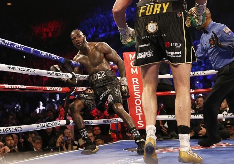 Wilder lảo đảo trước sức ép và lối di chuyển thông minh của Fury. Ảnh: Reuters.