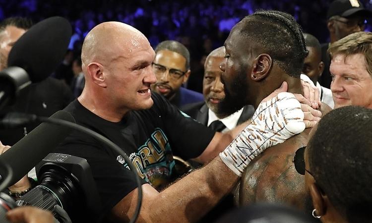 Fury (trái) đã khổ luyện và thuê HLV mới Sugar-Hill Steward để hạ knock-out Wilder. Ảnh: Reuters.