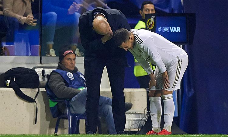 HLV Zidane lo lắng hỏi chuyện Hazard khi tiền vệ này bị đau ở đầu hiệp hai trận thua Levante hôm 22/2.