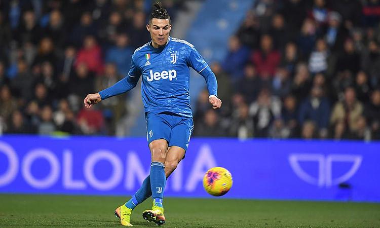 Ronaldo đệm bóng cận thành mở tỷ số. Ảnh: Reuters.