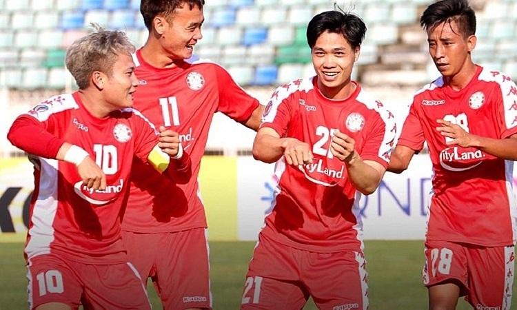 Công Phượng chia vui cùng đồng đội sau khi ghi bàn. Ảnh: CLB TP HCM.