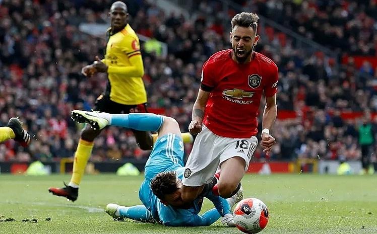 Fernandes kiếm phạt đền rồi thực hiện thành công để mở tỷ số trận đấu. Ảnh: PA.