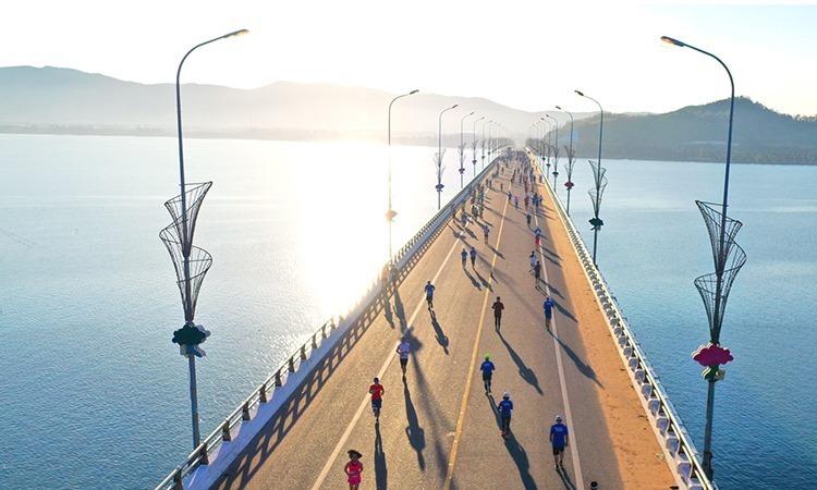 Các vận động viên chạy trên cầu Thị Nại tại giải VnExpress Marathon Quy Nhơn 2019.