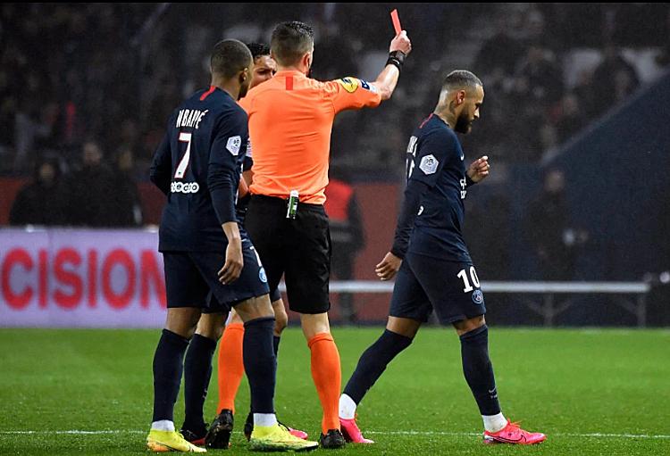 Neymar (phải) nhận thẻ đỏ rời sân. Ảnh: Reuters.