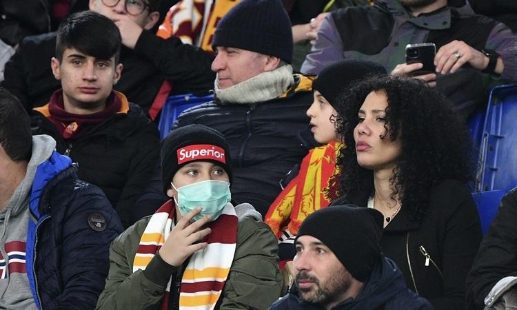 Khán giả đeo khẩu trang đến xem các trận đấu ở Serie A cuối tuần trước, do ảnh hưởng từ dịch nCoV. Ảnh: AP.