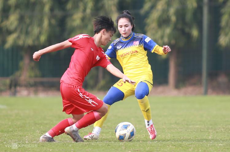 Tuyển nữ Việt Nam bị dồn ép trong suốt trận đấu với U16 PVF chiều 26/2. Ảnh: Lâm Thoả