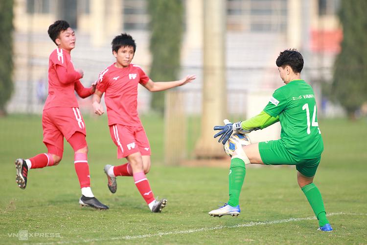 Thủ môn Kim Thanh có nhiều pha cản phá xuất sắc trong trận đấu chiều 26/2. Ảnh: Lâm Thoả