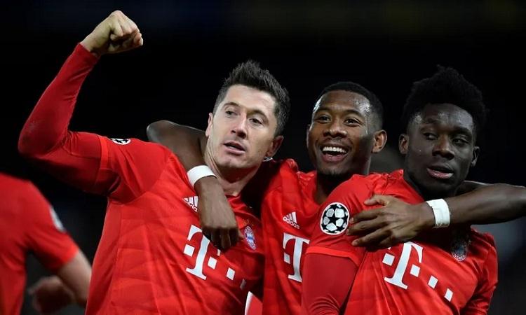 Lewandowski chia vui cùng David Alaba và Alphonso Davies sau khi ghi bàn. Ảnh: Reuters.