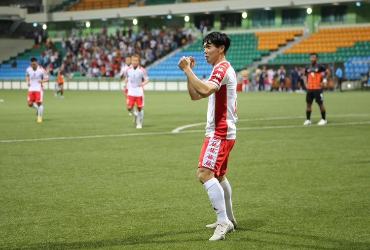 Công Phượng ăn mừng bàn thắng mở tỷ số trong chiến thắng 3-2 trên sân của Hougang United ngày 25/2. Ảnh: CLB TP HCM