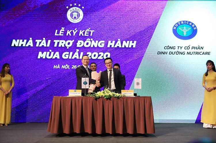Thạc sĩ, bác sĩ Nguyễn Đức Minh, CEO kiêm Tổng giám đốc Nutricare (bên trái) ký kết thỏa thuận tài trợ cho CLB Hà Nội mùa giải 2020.