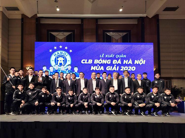 Các cầu thủ và ban lãnh đạo CLB bóng đá Hà Nội.