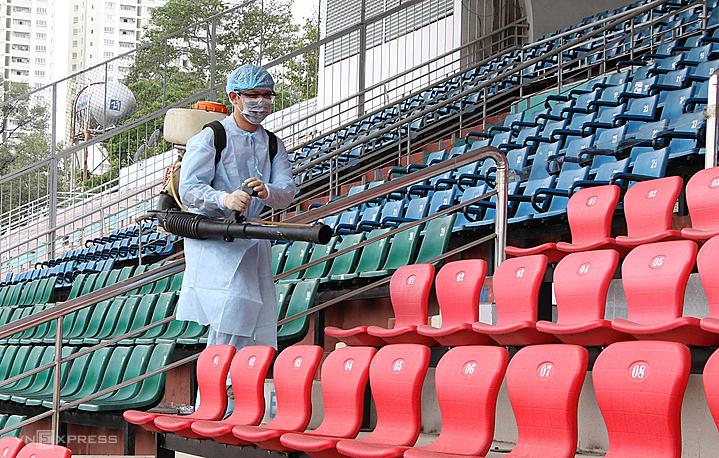 Sân Thống Nhất được phun thuốc khử trùng để chuẩn bị trận đấu. Ảnh: Hồ Thái Gia Khanh.