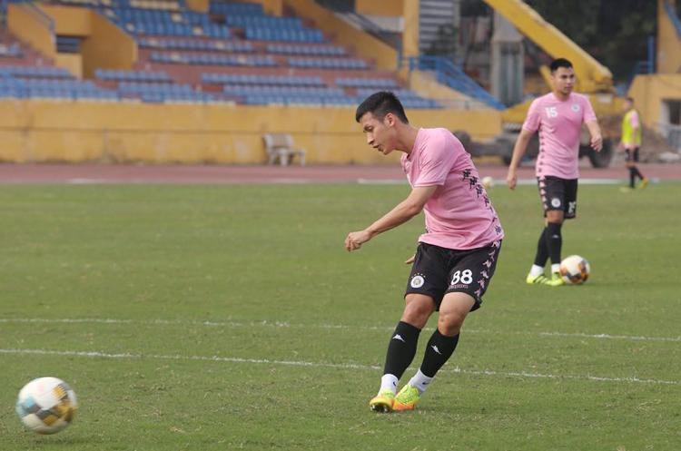 Hùng Dũng tập luyện trên sân Hàng Đẫy ngày 27/2, chuẩn bị cho trận tranh Siêu Cup với Hà Nội.