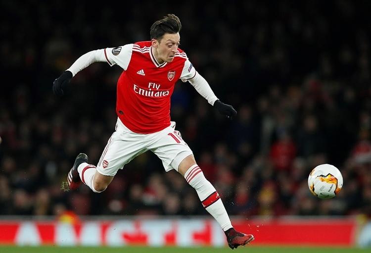 Ozil đá trọn 120 phút nhưng gần như tàng hình trong hàng tiền vệ Arsenal. Ảnh: Reuters.