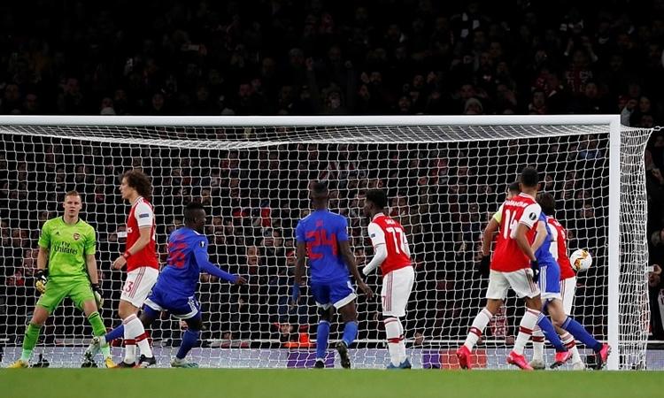 Cisse (áo xanh - trái) đánh đầu mở tỷ số trận lượt về. Ảnh: Reuters.