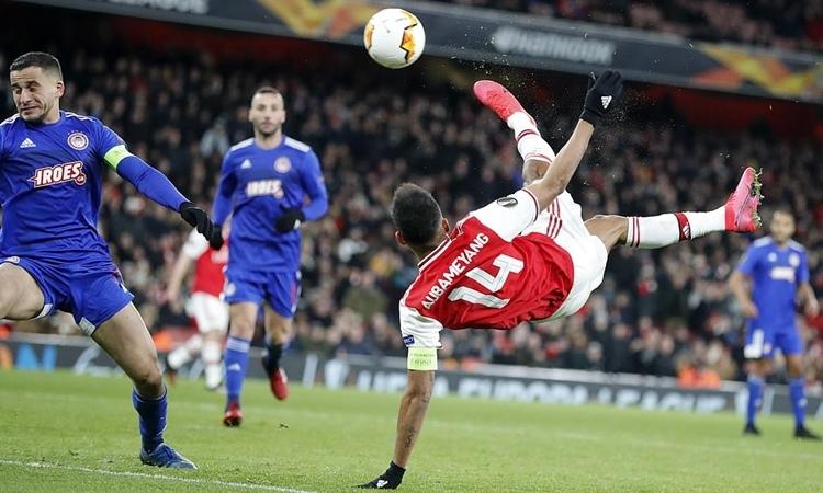 Aubameyang tung móc gỡ hòa 1-1 trận lượt vềcho Arsenal. Ảnh: AP.
