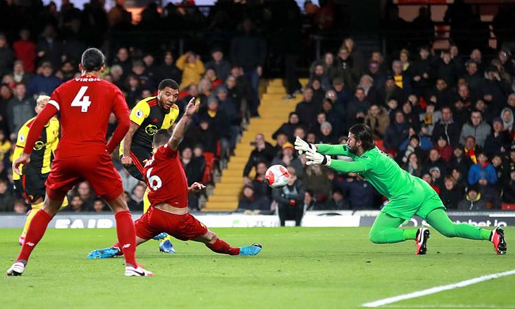 Deeney khép lại ngày buồn của Liverpool khi tận dụng triệt để sai lầm của Alexander-Arnold. Ảnh: PA.