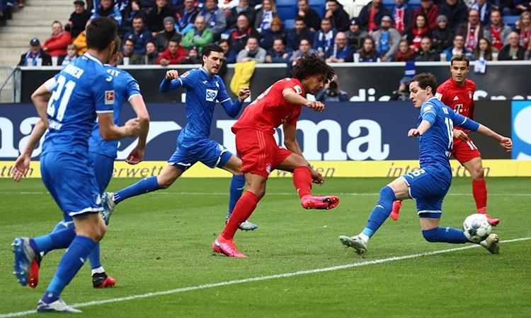 Zirkzee (áo đỏ) xoay người 360 độ và dứt điểm cận thành, nâng tỷ số lên 3-0. Ảnh: FC Bayern.