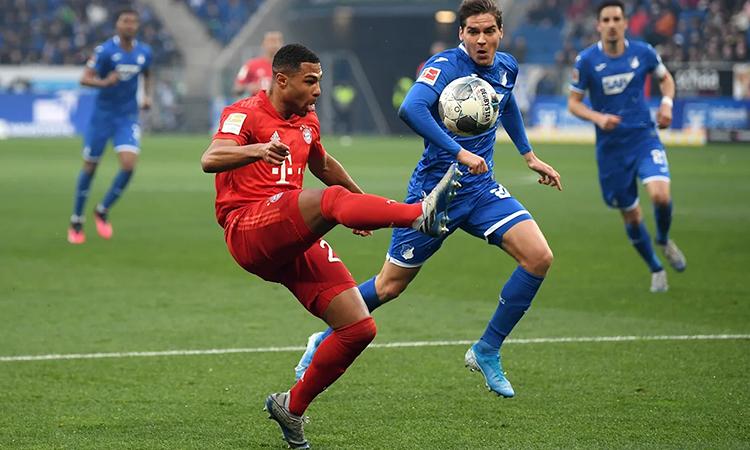Gnabry (áo đỏ) mở tỷ số bằng cú chạm bóng tinh tế. Ảnh: FC Bayern.
