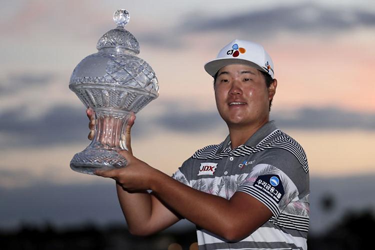 Im lần đầu được nâng cúp ở PGA Tour, sau chiến thắng tại Honda Classic trên sân PGA National hôm 1/3. Ảnh: Yonhap.