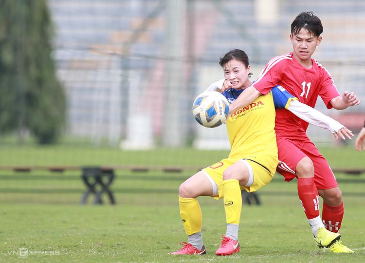 Trung vỆ Hoàng Thị Loan thi đấu trong trận hòa 0-0 với đội nam U15 Hà Nội.