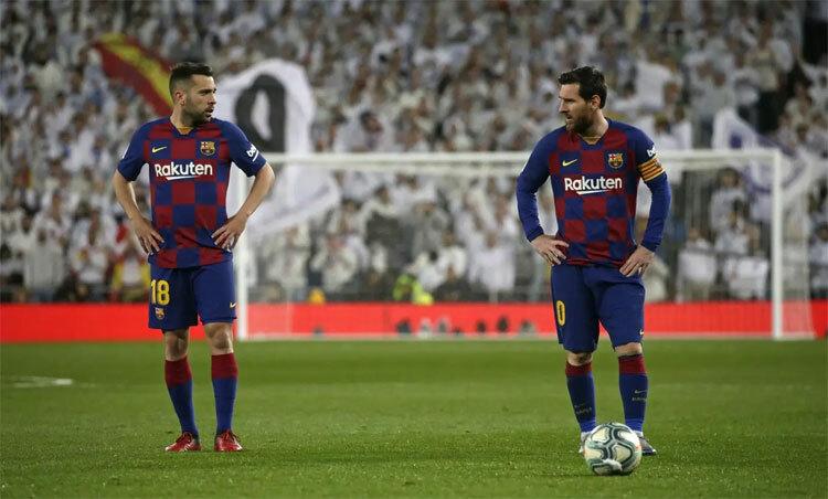 Barca mất tinh thần sau trận thua trên sân Bernabeu. Ảnh: Reuters.