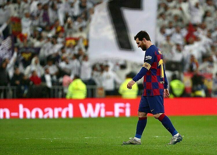 Messi thất vọng sau thất bại tại trận El Clasico. Ảnh: En24.