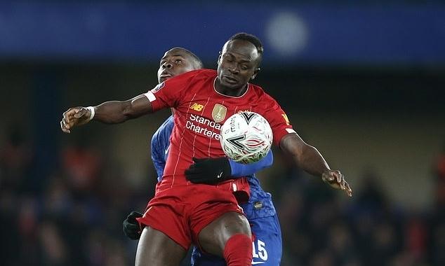 Mane (áo đỏ) chơi trọn 90 phút nhưng không thể cứu Liverpool thoát thua Chelsea. Ảnh: Camera Sport.