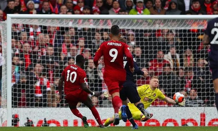 Mane đặt lòng hạ thủ môn Ramsdale, ấn định thắng lợi 2-1 cho Liverpool. Ảnh: Alamy Live News.