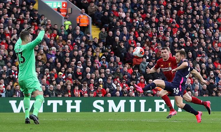 Milner trong pha băng về cứu bóng trên vạch vôi ở phút 62. Ảnh: Reuters.